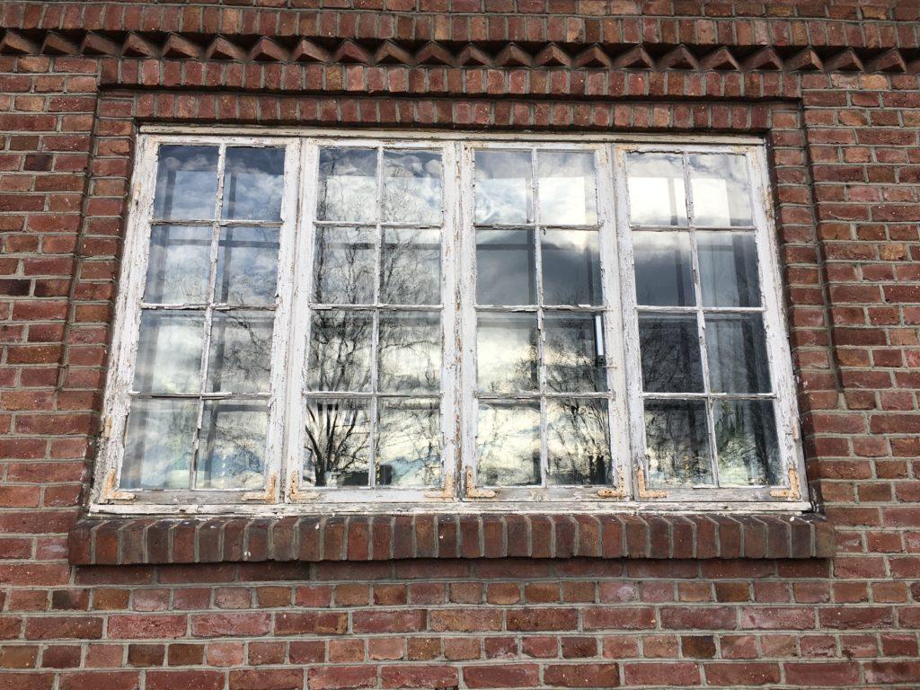 vindu med flassende maling
