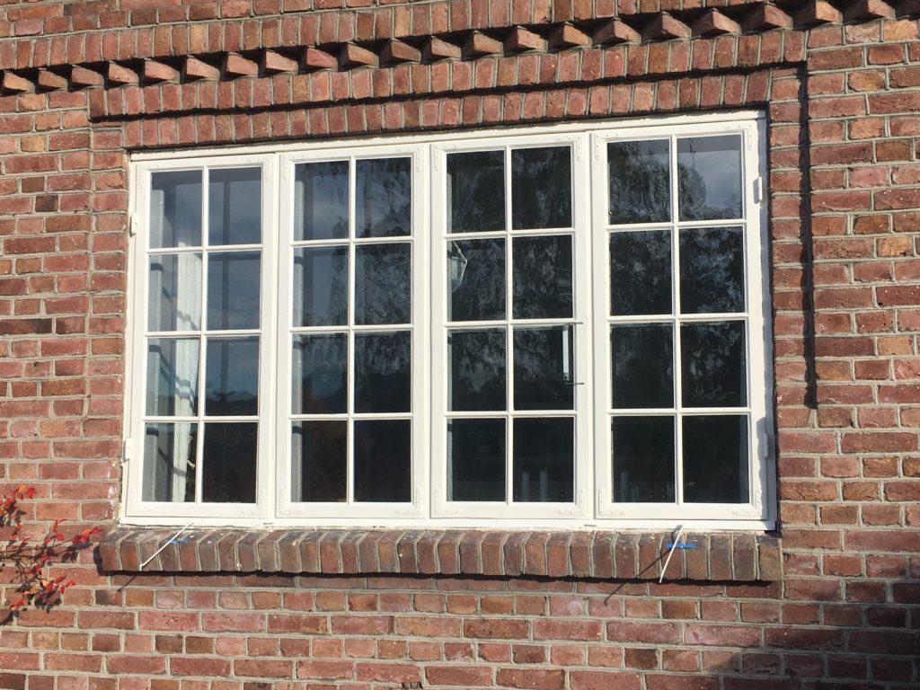 nymalt vindu, nye kittfalser, rustbehandlet metalldeler.